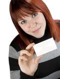 Muchacha acertada que sostiene una tarjeta de visita negra Fotos de archivo libres de regalías