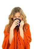 Muchacha acogedora que goza de una taza de té imagen de archivo libre de regalías