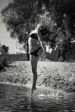 Muchacha acrobática joven Foto de archivo libre de regalías