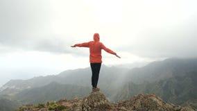 Muchacha activa del caminante que disfruta de la visi?n Monta?as de Anaga, islas Canarias, Tenerife Mujer del caminante encima de metrajes