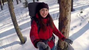 Muchacha activa feliz en el bosque del invierno que toma imágenes del selfie almacen de video