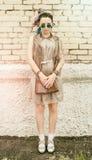 Muchacha activa joven del retrato del inconformista al aire libre en gafas de sol Fotos de archivo