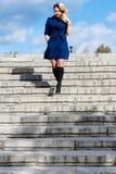 Muchacha adentro en capa azul en las escaleras imagen de archivo libre de regalías