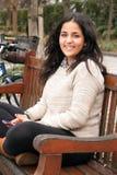 Muchacha adolescente árabe con el teléfono elegante al aire libre Foto de archivo libre de regalías