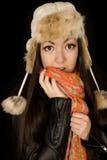Muchacha adolescente étnica que lleva un sombrero y una bufanda del invierno Fotos de archivo