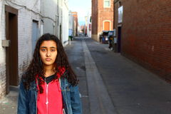 Muchacha adolescente étnica triste afuera Fotografía de archivo