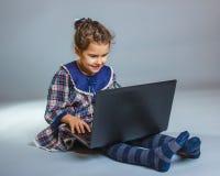Muchacha adolescente 5 años de sentada europea del aspecto Fotografía de archivo libre de regalías