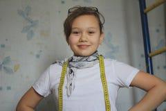 Muchacha adolescente 12 años de viejos juegos en la costura - costurera Fotografía de archivo libre de regalías