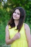 Muchacha adolescente 15 años en vestido amarillo en la naturaleza Fotos de archivo