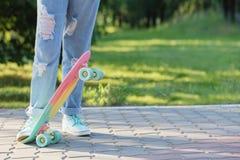 Muchacha adolescente abajo de la calle con un monopatín Fotos de archivo libres de regalías