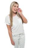 Muchacha adolescente absorbida en la conversación Imagen de archivo libre de regalías