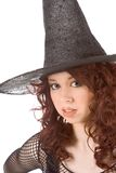 Muchacha adolescente aburrida de la pista leída en el sombrero de Víspera de Todos los Santos Imagenes de archivo