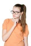 Muchacha adolescente adorable pensativa en el fondo blanco Imagen de archivo