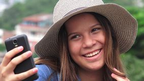 Muchacha adolescente adorable que hace Selfies Imagen de archivo libre de regalías