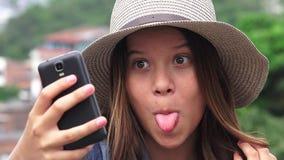 Muchacha adolescente adorable que hace Selfies y caras divertidas Imagen de archivo