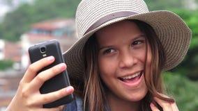 Muchacha adolescente adorable que hace Selfies y caras divertidas Fotos de archivo