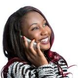 Muchacha adolescente africana atractiva que habla en el teléfono elegante Fotografía de archivo libre de regalías
