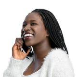 Muchacha adolescente africana con las trenzas que habla en el teléfono Fotografía de archivo