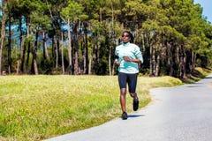 Muchacha adolescente africana que corre en campo Fotografía de archivo