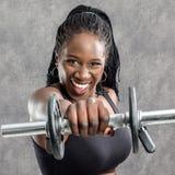 Muchacha adolescente africana que grita con pesa de gimnasia Fotos de archivo