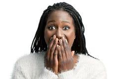 Muchacha adolescente africana sorprendida con las manos en boca fotografía de archivo libre de regalías