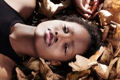 Muchacha adolescente afroamericana atractiva del retrato al aire libre Imagenes de archivo