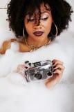 Muchacha adolescente afroamericana joven que pone en baño con la espuma, joyería del swag que lleva sin defectos, haciendo el sel Fotografía de archivo