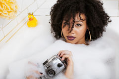 Muchacha adolescente afroamericana joven que pone en baño con la espuma, joyería del swag que lleva sin defectos, haciendo el sel Fotografía de archivo libre de regalías