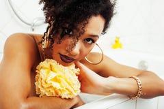 Muchacha adolescente afroamericana joven que pone en baño con la espuma, joyería del swag que lleva sin defectos, haciendo el sel Imagen de archivo