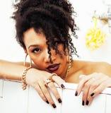 Muchacha adolescente afroamericana joven que pone en baño con la espuma, llevando Fotos de archivo libres de regalías