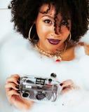 Muchacha adolescente afroamericana joven que pone en baño con la espuma, llevando Fotografía de archivo libre de regalías