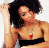 Muchacha adolescente afroamericana joven que pone en baño con la espuma, llevando Imagen de archivo libre de regalías