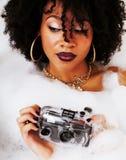 Muchacha adolescente afroamericana joven que pone en baño con la espuma, llevando Imágenes de archivo libres de regalías