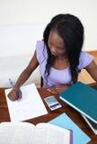 Muchacha adolescente afroamericana que hace su preparación Fotos de archivo
