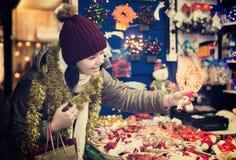 Muchacha adolescente agradable con la decoración de la Navidad Fotografía de archivo