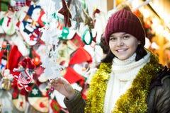 Muchacha adolescente agradable con las guirnaldas de la Navidad Fotos de archivo libres de regalías