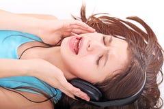 Muchacha adolescente agradable con los auriculares Fotos de archivo libres de regalías