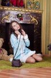 Muchacha adolescente agradable que habla con el teléfono del vintage Imágenes de archivo libres de regalías