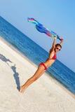 Muchacha adolescente agradable que se coloca en la playa Imagen de archivo libre de regalías