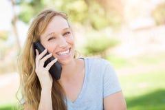 Muchacha adolescente al aire libre que habla en su teléfono elegante Fotografía de archivo