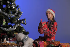 Muchacha adolescente al lado de un árbol de navidad Imagenes de archivo