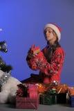 Muchacha adolescente al lado de un árbol de navidad Fotos de archivo