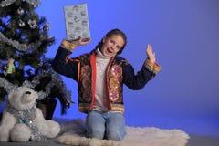 Muchacha adolescente al lado de un árbol de navidad Imagen de archivo
