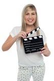 Muchacha adolescente alegre con la tablilla a disposición Imagenes de archivo
