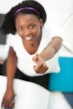 Muchacha adolescente alegre con un pulgar para arriba que estudia Imagen de archivo libre de regalías