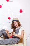 Muchacha adolescente alegre con un teléfono celular Foto de archivo libre de regalías