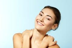 Muchacha adolescente alegre hermosa, cara femenina a sonriente feliz de la belleza Foto de archivo