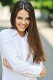 Muchacha adolescente alegre hermosa en la camisa blanca Fotografía de archivo