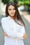 Muchacha adolescente alegre hermosa en la camisa blanca Imagen de archivo libre de regalías