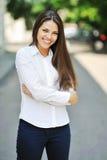 Muchacha adolescente alegre hermosa en la camisa blanca - al aire libre Fotos de archivo libres de regalías